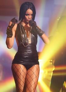 Rihanna mit sexy schwarzem Sleek-Bob